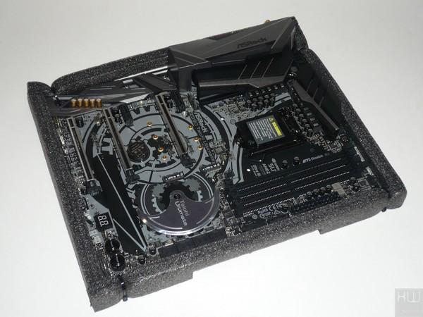 027-asrock-z390-taichi-ultimate-foto-confezione-interno-particolare-protezione-scheda