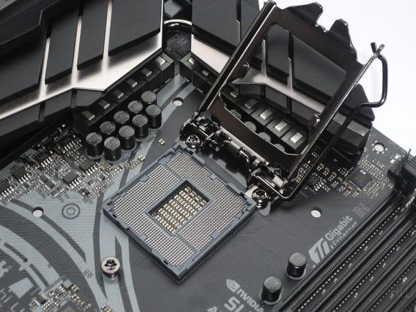 041-asrock-z390-taichi-ultimate-foto-scheda-zona-socket-meccanismo-ritenzione-cpu