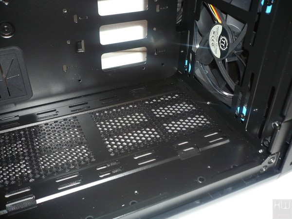 060-thermaltake-view37-riing-edition-foto-case-interno-predisposizione-ventole-inferiore